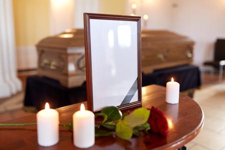 Cornice fotografica e bara al funerale in chiesa Archivio Fotografico - 81277079