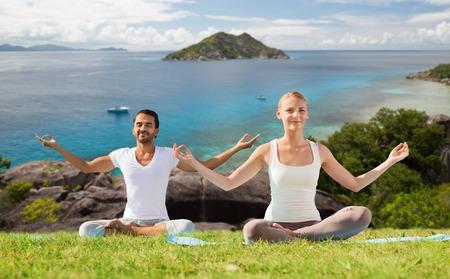 Couple heureux faisant du yoga et méditant à l'extérieur Banque d'images - 81115529