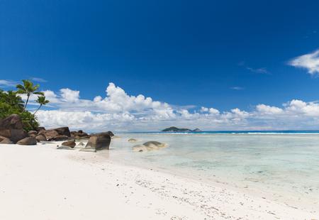 여행, 바다와 자연 개념 - 섬 해변에서 인도양에 세이셸