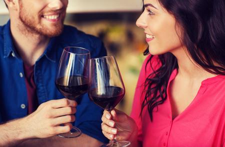 Ocio, celebración, comida y bebida, la gente y el concepto de vacaciones - sonriente pareja cenando y bebiendo vino tinto en fecha en restaurante Foto de archivo - 81079670