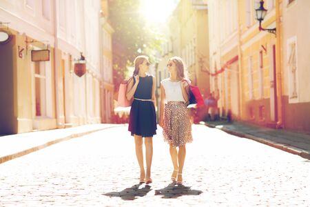 판매, 소비와 사람들이 개념 - 도시의 거리를 따라 산책 쇼핑 가방과 함께 행복 젊은 여성 스톡 콘텐츠