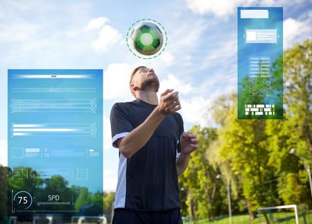 sport, voetbal training en mensen - voetballer spelen en jongleren bal met behulp van header techniek op veld