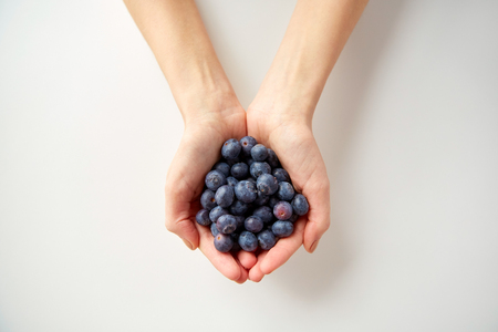 건강 한 먹는, 채식 음식과 사람들이 개념 - 블루 베리를 들고 젊은 여자 손 가까이 스톡 콘텐츠
