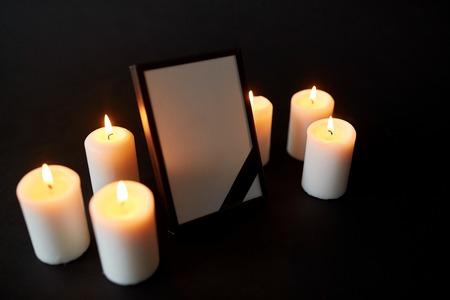검은 애도 리본 및 촛불 사진 프레임 스톡 콘텐츠