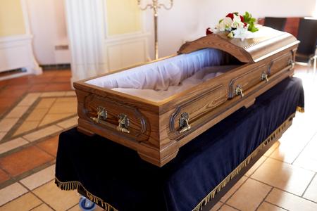 Sarg bei der Beerdigung in der Kirche