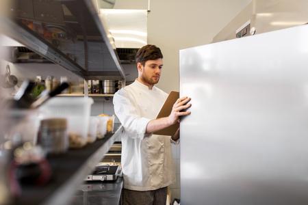 Kucharz z schowka robi spis w kuchni