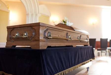 Ataúd en el funeral en la iglesia ortodoxa Foto de archivo - 81151798