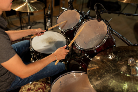 콘서트에서 드럼과 심벌즈를 연주 남성 음악가