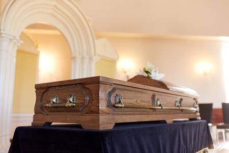 Cercueil à l'enterrement à l'église orthodoxe Banque d'images - 81459578