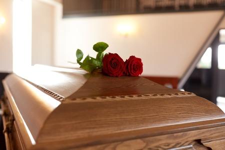 Rode roos bloemen op houten kist in de kerk Stockfoto