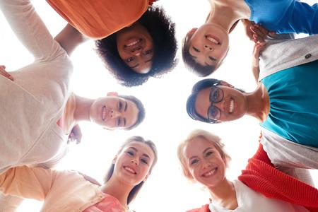 포옹 행복 미소 여성의 국제 그룹