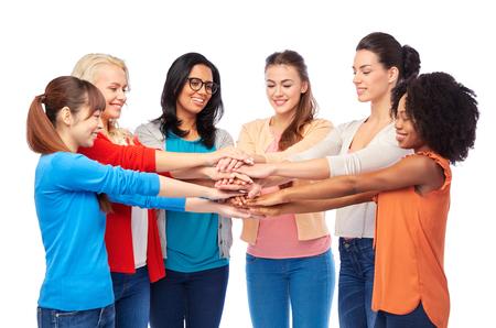 Grupo internacional de mujeres con las manos juntas Foto de archivo - 81612091