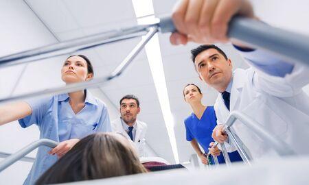 緊急時における病院・ ガーニーの女性の医者