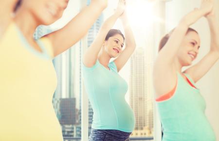 행복 한 임신 한 여자 체육관에서 운동 스톡 콘텐츠