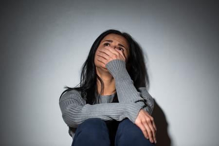 Verdrietige huilen vrouw die aan huiselijk geweld lijdt