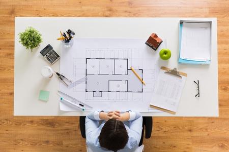 Architecte avec plan de maison au bureau Banque d'images