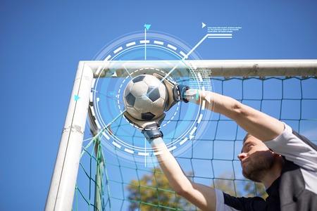フィールド上にサッカー ゴールにボールをゴールキーパー