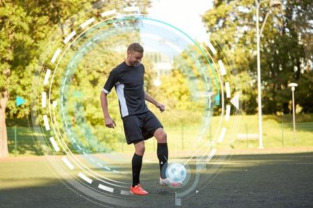 フィールド上のボールで遊んで、サッカー選手 写真素材