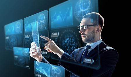 비즈니스, 증강 현실과 미래의 기술 개념 - 투명 타블렛 pc 컴퓨터와 가상 스크린 투영 검정 배경 위에 작업 안경에서 사업가
