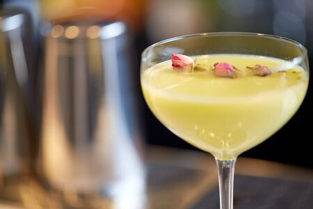 アルコール飲料、高級コンセプト - クローズ アップとガラスのバーにて美味なカクテル