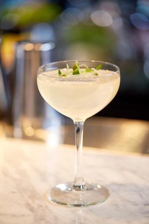 アルコール飲料、高級コンセプト - バーでカクテルのグラス