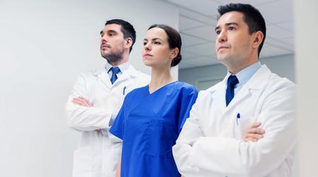 Klinik, Beruf, Menschen, Gesundheitswesen und Medizin-Konzept - Gruppe von Medizinern oder Ärzte im Krankenhaus Korridor Standard-Bild - 82041374