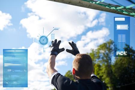 Keeper met bal bij voetbaldoel op veld