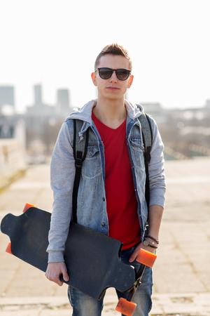 행복 한 젊은 남자 또는 longboard와 함께 십 대 소년 스톡 콘텐츠 - 82043418