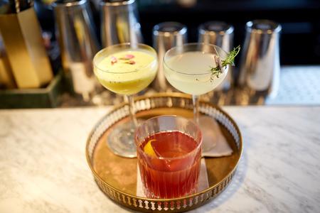 アルコール飲料、高級コンセプト - カクテルのグラスをトレイ バー