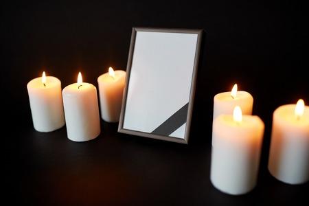 장례식 및 애도 개념 - 검은 배경 위에 리본 및 레코딩 촛불 빈 사진 프레임