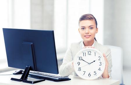 白時計で魅力的な実業家 写真素材 - 82430569