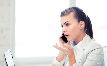 picture of confused woman with smartphone