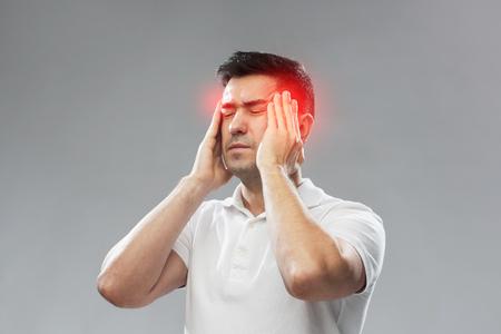 頭の痛みに苦しむ不幸な男 写真素材