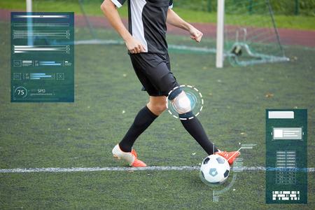 Calciatore che gioca con la palla sul campo di calcio Archivio Fotografico - 82488347