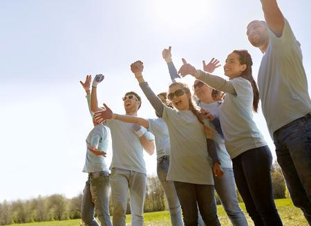 Groep vrijwilligers die succes in het park vieren