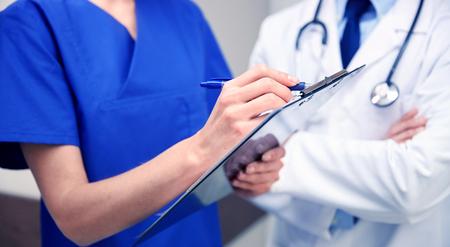 병원에서 클립 보드와 의사의가 까이 서