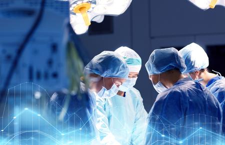 病院での手術室で外科医のグループ 写真素材