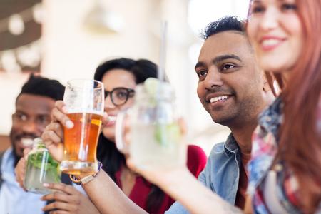 Amici felici con le bevande al ristorante Archivio Fotografico - 82857612