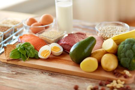 테이블에 단백질 음식이 풍부한 자연