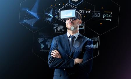 黒の上の仮想現実のヘッドセットのビジネスマン