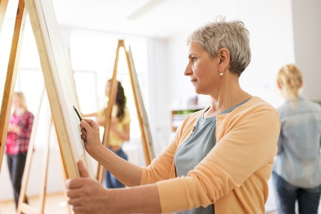 woman artist with pencil drawing at art school 版權商用圖片