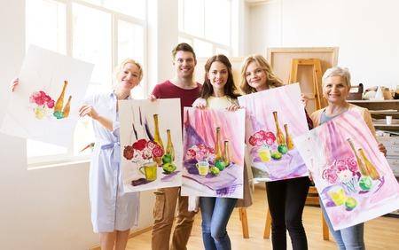 Gruppe von Künstlern mit Bildern an der Kunstschule