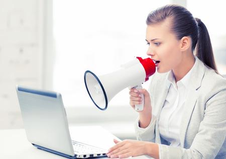 strikt zakenvrouw schreeuwen in megafoon