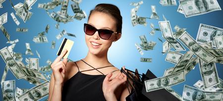 クレジット カードとショッピング バッグ幸せな女