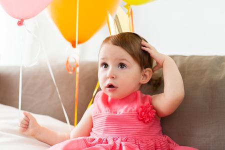 Heureuse petite fille en couronne sur la fête d'anniversaire à la maison Banque d'images - 83495543