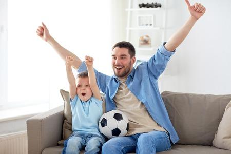 父と息子の自宅のテレビでサッカーを見て