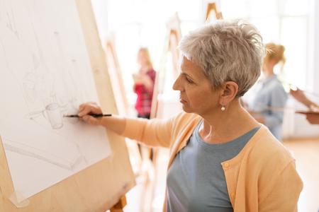 Femme artiste avec dessin au crayon à l'école d'art Banque d'images - 83668315