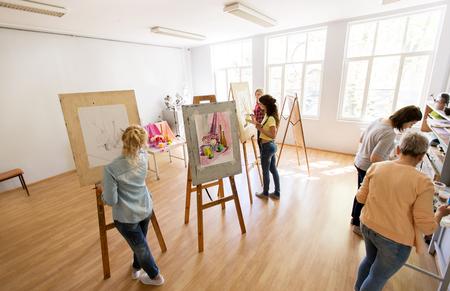 미술 학교에서 페인팅하는 브러쉬로 여자 예술가
