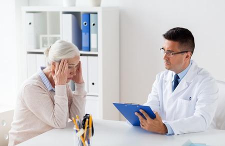 수석 여자와 의사 병원에서 회의 스톡 콘텐츠