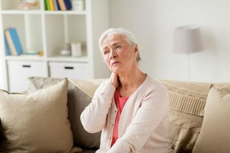 수석 여자 집에서 목에 통증이 고통을 스톡 콘텐츠